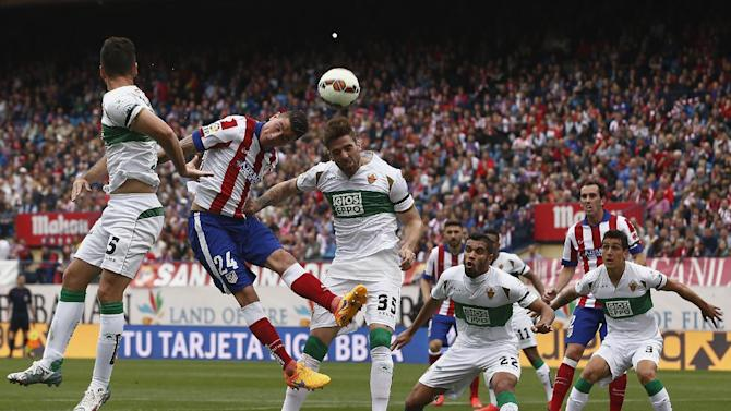 Atletico's Gimenez, second left, in action with Elche's Galvez, centre right, during a Spanish La Liga soccer match between Atletico Madrid and Elche at the Vicente Calderon stadium in Madrid, Spain, Saturday, April 25, 2015. (AP Photo/Andres Kudacki)