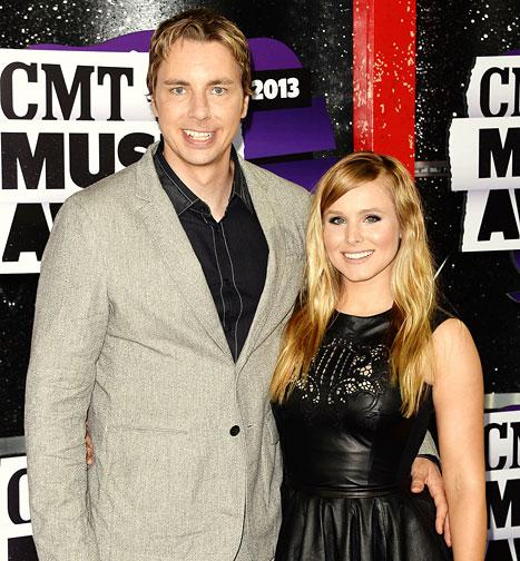 "Kristen Bell, Dax Shepard Get Married in ""No Frills"" Wedding at County Clerk's Office"