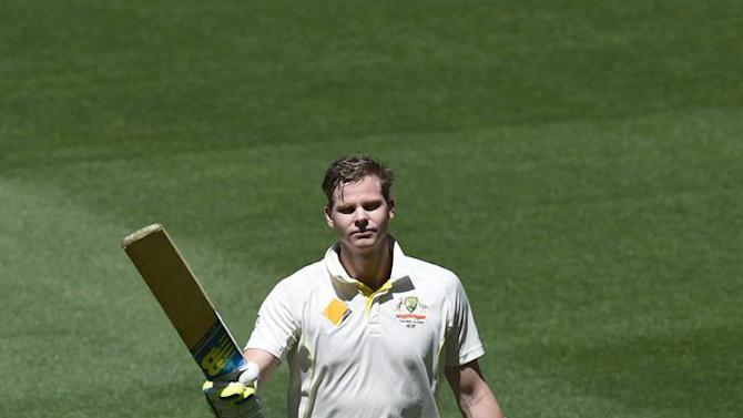 MLB. Melbourne (Australia), 27/12/2014.- Australian captain Steve Smith acknowledges the audience after being dimissed for 195 during the second session on the second day of the Boxing Day test against India at the MCG in Melbourne, Australia, 27 December 2014. EFE/EPA/JULIAN SMITH AUSTRALIA AND NEW ZEALAND OUT IMAGES TO BE USED FOR NEWS REPORTING PURPOSES ONLY, NO COMMERCIAL USE WHATSOEVER, NO USE IN BOOKS WITHOUT PRIOR WRITTEN CONSENT FROM AAP