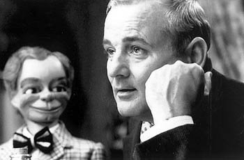 Tommy Crickshaw ( Bill Murray ) is a washed-up Vaudevillian ventriloquist in Touchstone's Cradle Will Rock