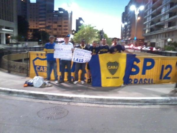Una multitud de hinchas de Boca pidi que Riquelme siga vistiendo los colores del club azul y oro.