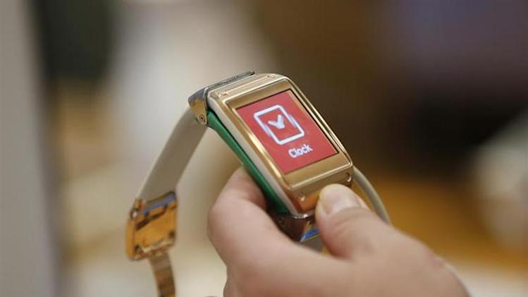 A man tries out a Samsung Electronics' Galaxy Gear smartwatch at the company's headquarters in Seoul October 21, 2013. REUTERS/Kim Hong-Ji/Files