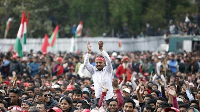 . Kathmandu (Nepal), 27/02/2015.- An activist rises above the crowd to clap during an anti-government mass meeting in Kathmandu, Nepal, 28 February 2015. Nepal's Opposition Alliance of 30 parties led by the Unified Communist Party of Nepal (Maoist) staged an anti-government protest to draft the constitution through consensus. (Atentado, Protestas) EFE/EPA/NARENDRA SHRESTHA