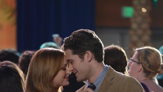 Will (Matthew Morrison, R) and Emma (Jayma Mays, L)