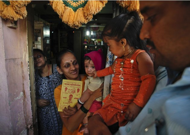 Jyoti Amge, the world's living woman, campaigns for a MNS for the upcoming municipal elections in Mumbai
