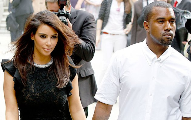 Kanye West jette les vtements de Kim Kardashian
