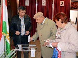 Tajik voters cast their ballots at a polling station…