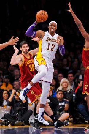 Lakers beat Cavs 113-93, snap 6-game skid