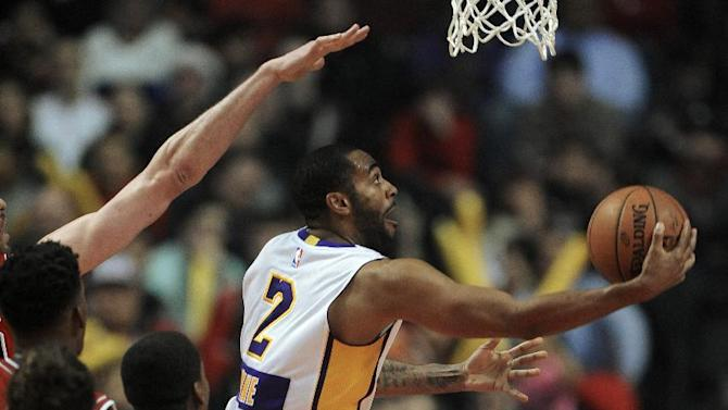 Los Angeles Lakers' Wayne Ellington (2) goes up to shoot against Chicago Bulls' Pau Gasol during the second half of an NBA basketball game in Chicago, Thursday, Dec. 25, 2014. Chicago won 113-93. (AP Photo/Paul Beaty)