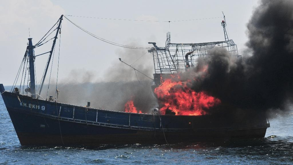 Indonesia sinks foreign boats to deter illegal fishing: reports