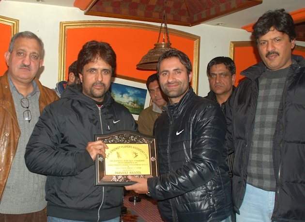 Rasool being felicitated in Kashmir. Photo by: Yawar Kabli, Kashmir Dispatch