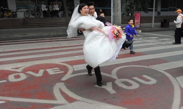 أغرب احتفالات عيد الحب في 2011 1-JPG_160016