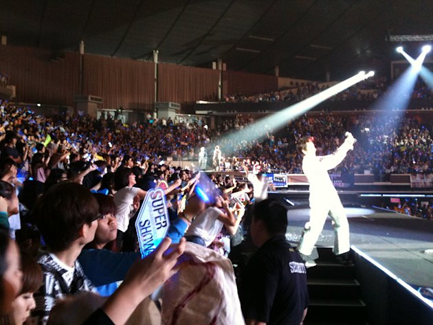 The 360-degree stage allowed fans to get up close and personal with SuJu. (Yahoo! photo)