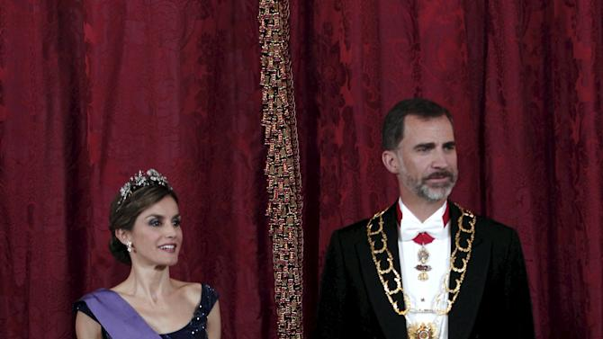 Spain's Queen Letizia and King Felipe wait to greet Peru's President Ollanta Humala and his wife Nadine Heredia before a gala dinner at Royal Palace in Madrid