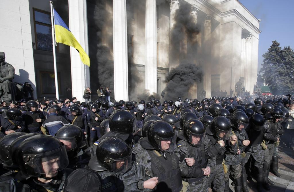 Blast, clashes as Ukraine MPs back more autonomy for rebels