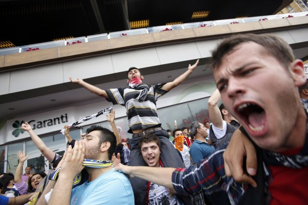 2013-06-02T164031Z_139725956_GM1E96301SU01_RTRMADP_3_TURKEY-PROTESTS.JPG (630×420)