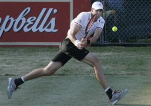 Top seed Isner reaches Newport final
