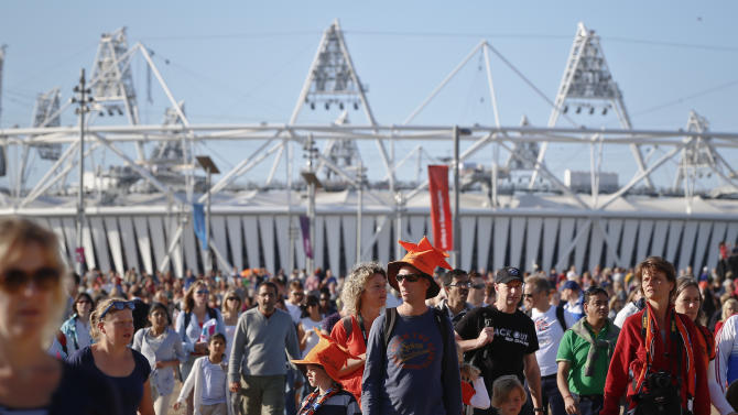 Spectators arrive in large numbers at the Olympic Park to attend events at the 2012 Summer Olympics, Sunday, July 29, 2012, in London. (AP Photo/Vadim Ghirda)