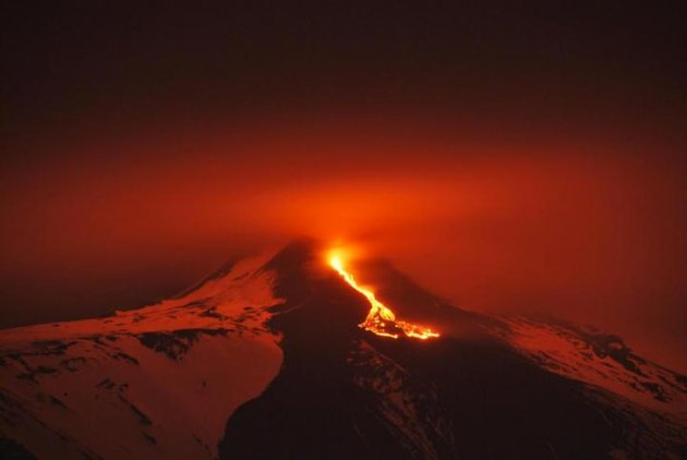Etna, spettacolare eruzione notturna con la lava 