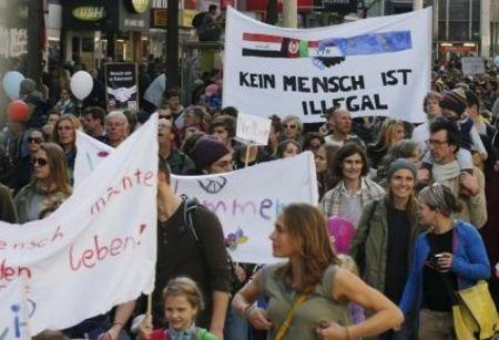 Thousands march in Vienna to show support for migrants
