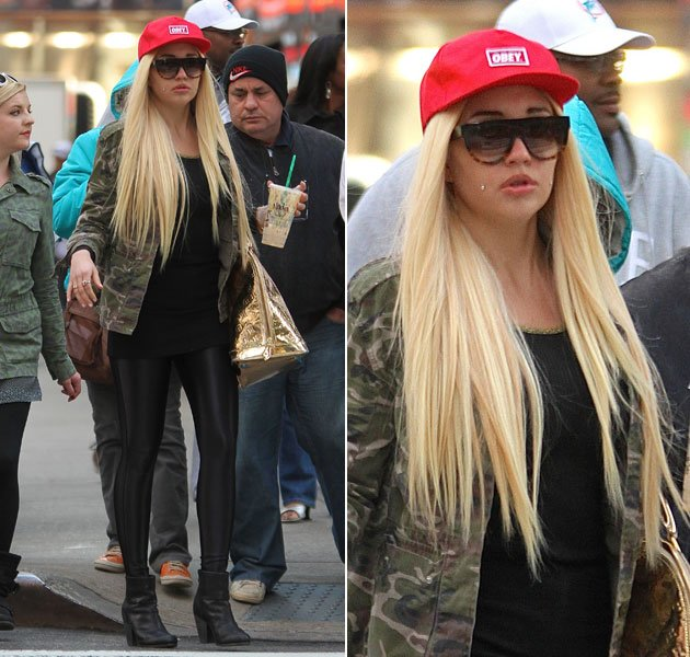 Celeb photos amanda bynes serving in nyc 16 apr classic atrl one thing ive noticed about the daily photographs we get of her walking around in new york she is always completely by herself pmusecretfo Images