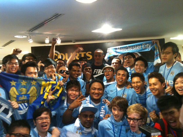 Man City fans posing for a picture with captain Vincent Kompany. (Yahoo! photo/Daniel Teo)