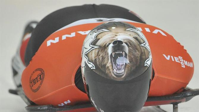 MS31. Calgary (Canada), 19/12/2014.- Dave Greszczyszyn of Canada heads down the course with his grizzly bear helmet at the World Cup Men's Skeleton race in Calgary, Alberta, Canada, 19 December 2014. EFE/EPA/MIKE STURK