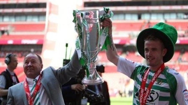 Yeovil Town manager Gary Johnson and Paddy Madden (right) celebrate with the npower Football League One play off trophy