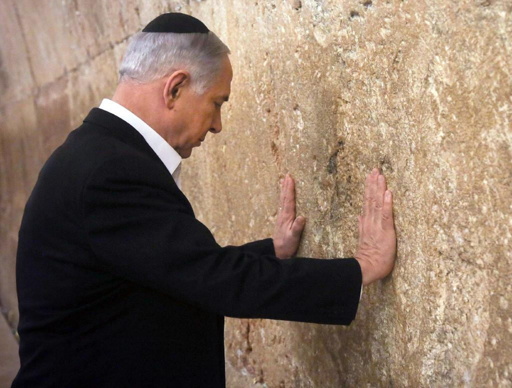 On eve of US trip, Netanyahu prays at Jewish shrine