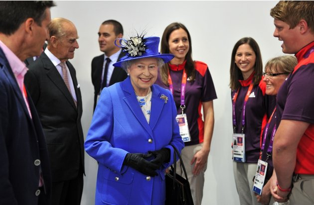 Queen and volunteers