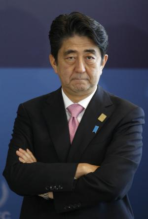 Japanese Prime Minister Shinzo Abe waits for the arrival …