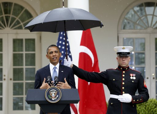 OBAMA DISRESPECTS MARINES BY HAVING THEM HOLD UMBRELLAS.