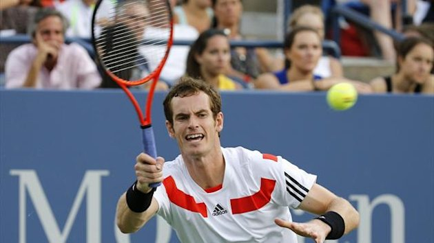 Andy Murray returns a volley to Leonardo Mayer of Argentina at the U.S. Open tennis championships in New York, August 30, 2013 (Reuters)