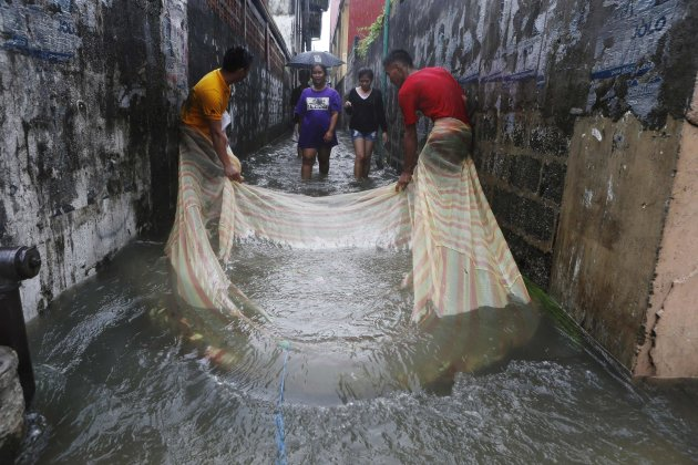 2013-08-20T095047Z_916734460_GM1E98K1DEE01_RTRMADP_3_PHILIPPINES-FLOODS - Alley fishing - Philippine Photo Gallery