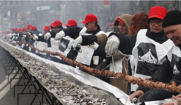 "People cook a giant 150-meter-long ""shashlik"" meal in Kiev"