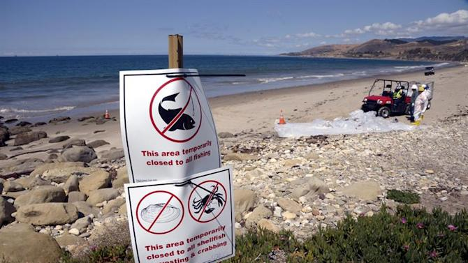 MAN10. Refugio State Beach (United States), 22/05/2015.- Signs are posted along a contaminated beach after a petroleum pipe ruptured spilling an estimated 105 thousands gallons of oil into the Pacific Ocean near Refugio State Beach, 30 miles north of Santa Barbara, 22 May 2015. Nine miles of beach has been contaminated as the clean-up entered its fourth day. (Estados Unidos) EFE/EPA/MICHAEL NELSON