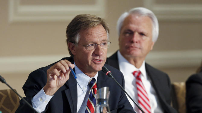 Gov. BIll Haslam, left, leads a discussion at Tennessee's Education Summit Thursday, Sept. 18, 2014, in Nashville, Tenn. Representatives of local governments, school systems and businesses are taking part in the summit, along with state senators and representatives. At right is Lt. Gov. Ron Ramsey, R-Blountville.  (AP Photo/Mark Humphrey)