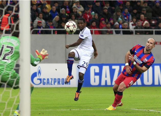 Chelsea's Eto'o tries to score against Steaua Bucharest's goalkeeper Tatarusanu during their Champions League soccer match at the National Arena in Bucharest