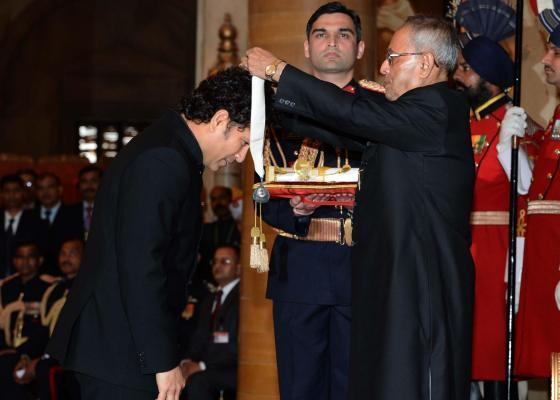 President Pranab Mukherjee presents Bharat Ratna to cricket legend Sachin Tendulkar at Rashtrapati Bhavan in New Delhi on Feb.4, 2014.