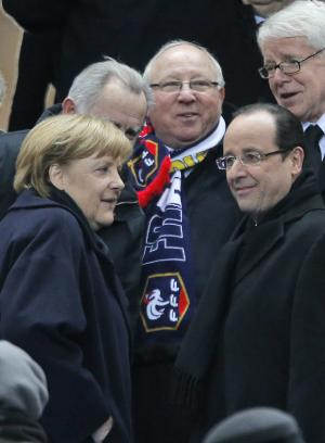Hollande, Merkel take in soccer game before summit