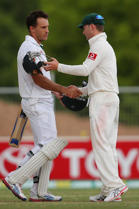 ADELAIDE, AUSTRALIA - NOVEMBER 26:  Faf du Plessis of South Africa shakes hands with Australian captain Michael Clarke following play on day five of the Second Test Match between Australia and South A