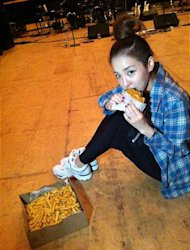 2NE1 Nikmati Burger Terkenal di New York