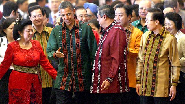 Obama Wears Indonesian Garb To East Asia Summit Dinner
