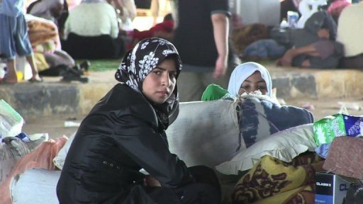 Hundreds of Syria refugees stranded at border crossing