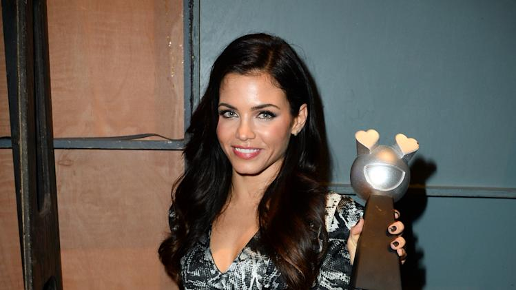 Jenna Dewan-Tatum backstage with an MTV Fandom Award at the mtvU Fandom Awards at MTV Fan Fest at Comic-Con on Thursday, July 24, 2014, in San Diego. (Photo by Jordan Strauss/Invision for MTV/AP Images)