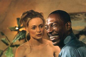 Daisy ( Heather Graham ) and Jiff ( Eddie Murphy ) prepare for the all important love scene in Bowfinger