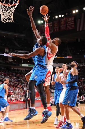 Howard leads Rockets over Mavericks 100-95