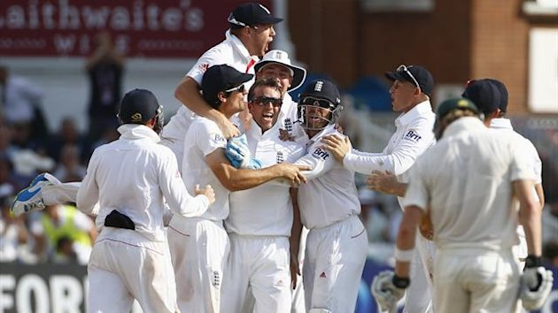 England's Graeme Swann (C) celebrates taking the wicket of Australia's Steve Smith (R) with team mates during the fourth day of the first Ashes cricket test match at Trent Bridge cricket ground in Nottingham, central England, July 13, 2013 (Reuters)