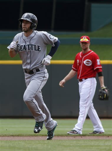 Saunders shuts down Reds in Mariners' 3-1 win