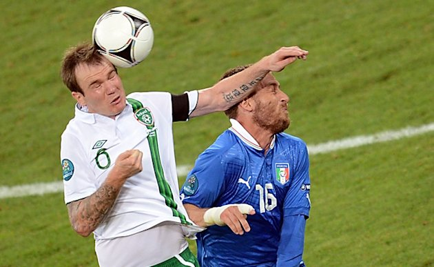 Italian Midfielder Daniele De Rossi (R) Vies AFP/Getty Images